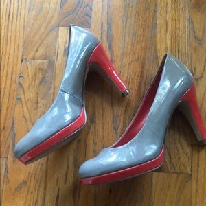 Bandolino grey and coral patent leather pumps